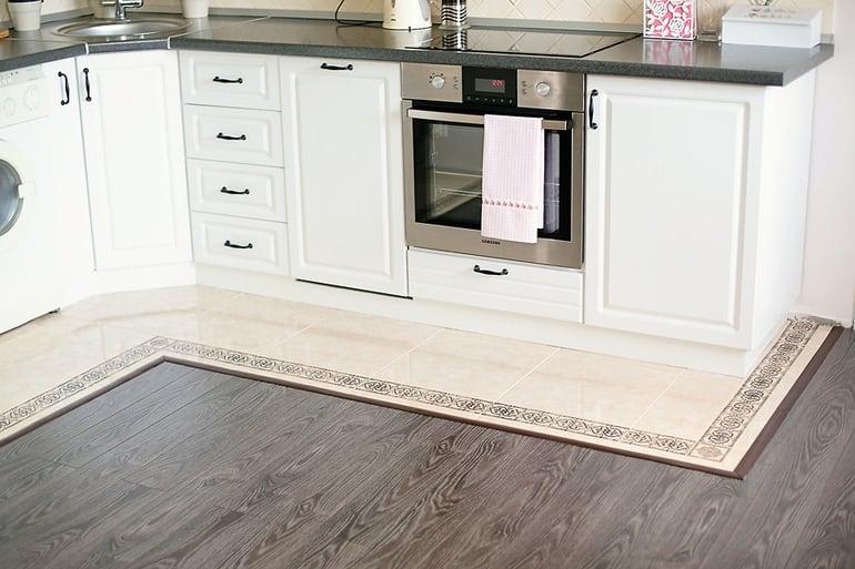 Вариант комбинации двух материалов, таким образом можно выделить рабочую зону на кухне