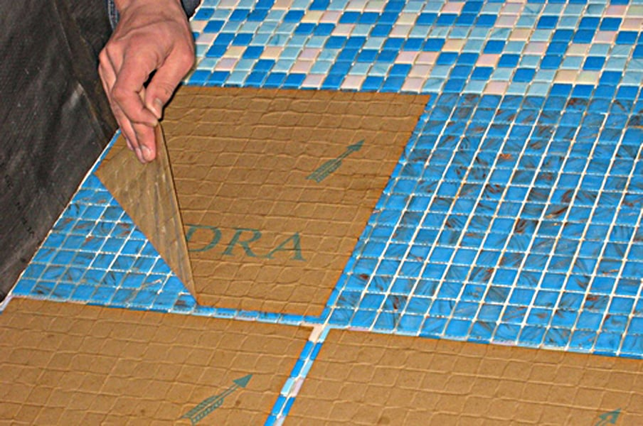 Монтаж рабочего фартука может несколько отличаться, связано это с особенностями материала