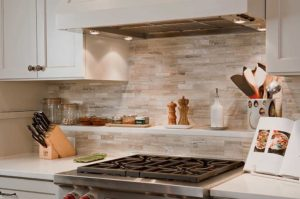 Кухонный фартук предотвращает порчу стен от перегрева, брызг воды