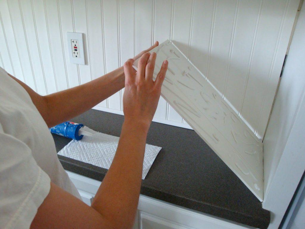 Пример монтажа панелей с помощью жидких гвоздей