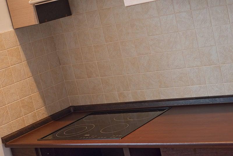 Заключительный этап при установке кухонного гарнитура - оформление стыка между столешницей и стеной