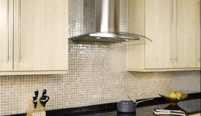 Перламутровый кафель может стать украшением любой кухни
