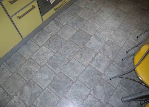Ламинат под плитку будет весьма красиво и оригинально смотреться на кухне