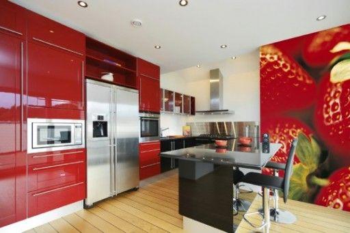 Красная кухня в правильно подобранных пропорциях цветов выглядит насыщенно и ярко