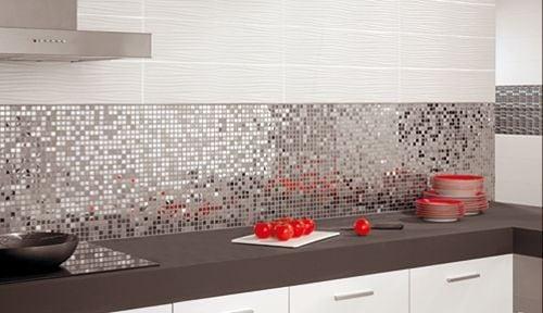 Мозаика из зеркальных плиточек - идеальный акцент на кухне