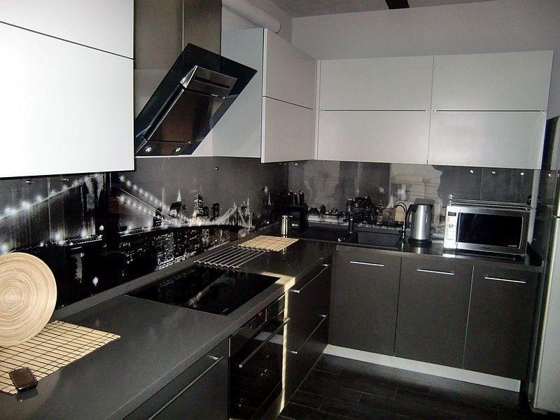 На белой кухне с черным фартуком применяется до 5 различных оттенков
