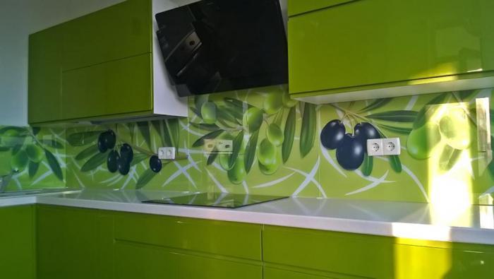 Клеим фартук на кухню из пластика