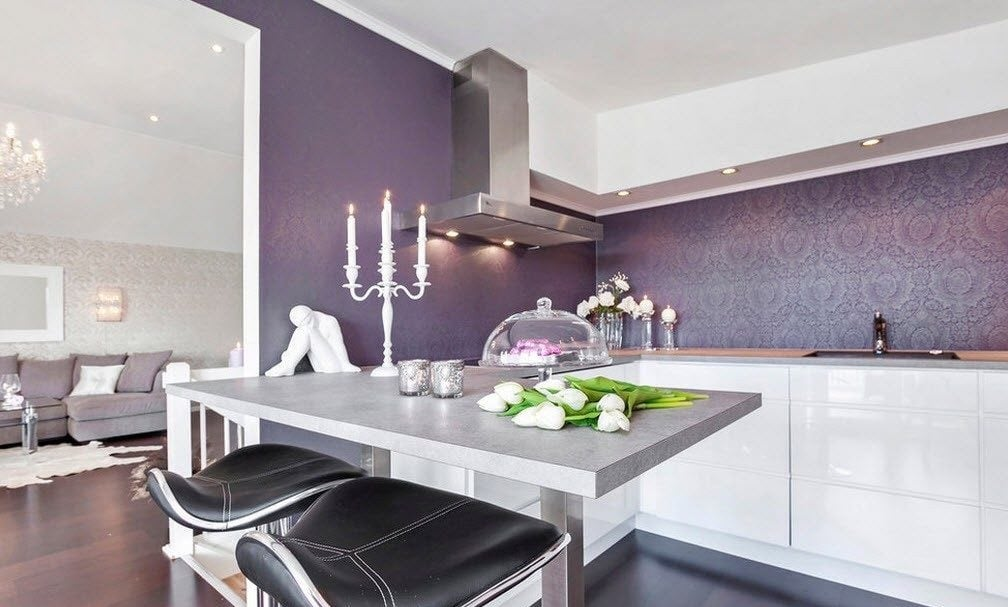 При оформлении кухни важно помнить, материалы должны обладать определенными качествами, в том числе быть влагостойкими