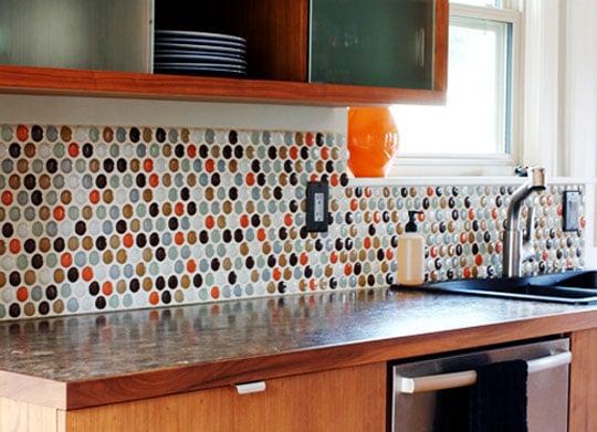 Пример сочетания нескольких цветов на фартуке кухни
