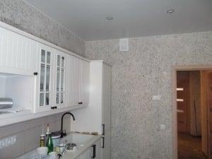 Преимуществом материала является возможность нанесения отделки на стены одним полотном без стыков