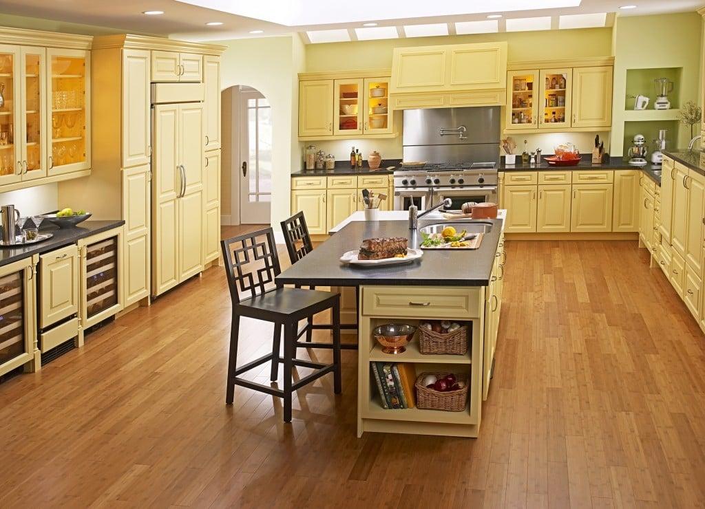 Решая можно ли класть ламинат на кухне стоит использовать классификацию покрытия по уровню влагостойкости
