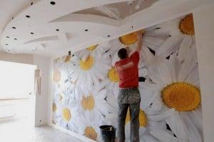 Оформление стен фотообоями лучше доверить специалистам