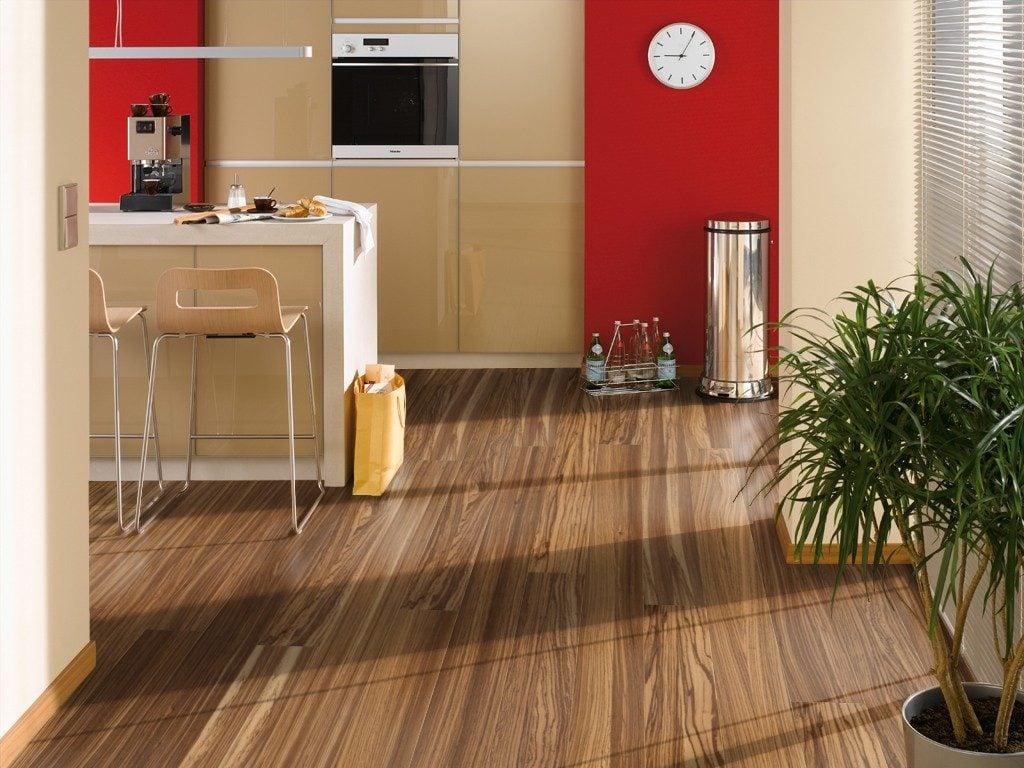 Напольное покрытие на кухне должно отвечать определенным свойствам, в том числе быть влагостойким