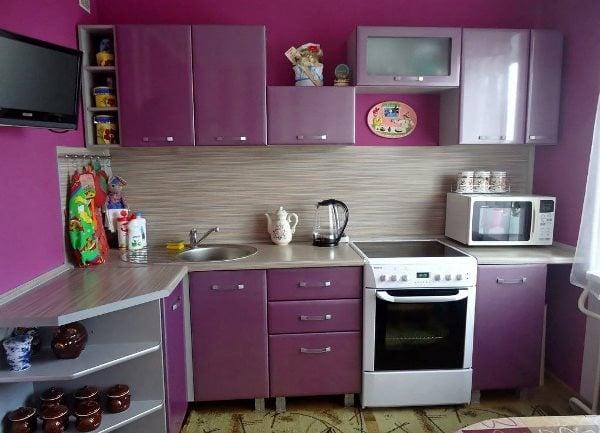 Даже самую маленькую кухню можно сделать оригинальной и уютной,если выбрать подходящие обои