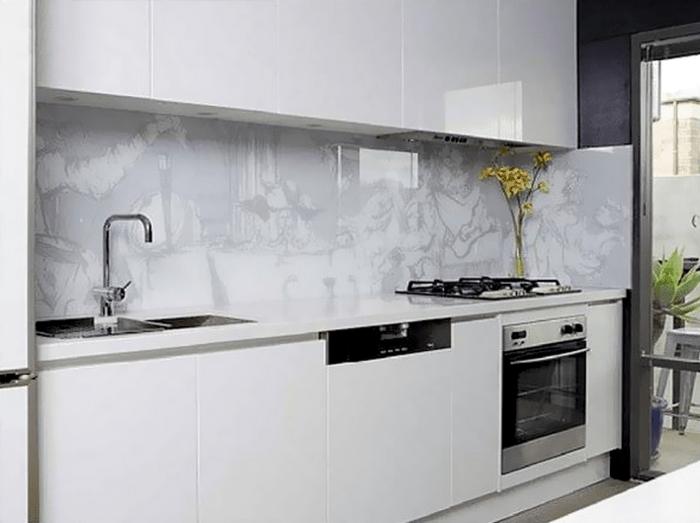 Оформления кухни в белых тонах зрительно увеличит пространство