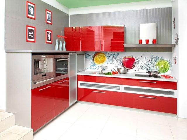 """Фартук на кухне должен быть не только красивым и """"вписываться"""" в общий интерьер, и вместе с тем быть практичным"""