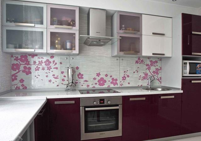 Эффектную кухню, а именно рабочую зону можно оформить с помощью панелей с рисунком