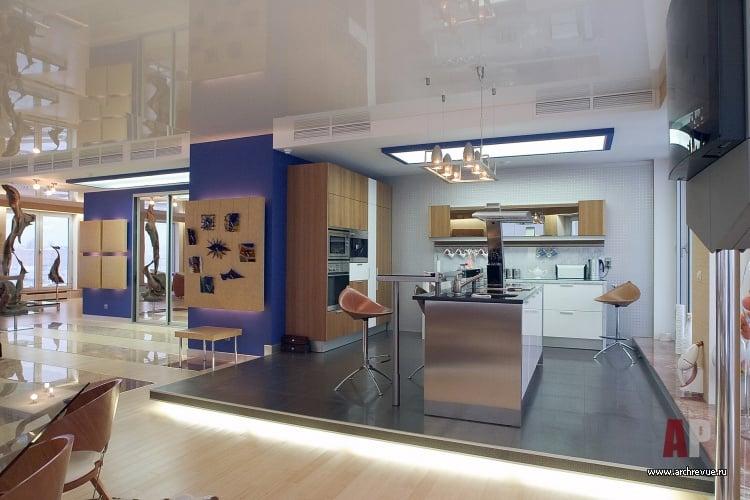 Подиум предоставляет возможность разделить помещение на рабочую и обеденную зону