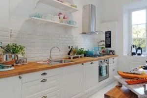 Белый цвет по сей день остается в тренде, и вместе с тем добавив акцент, кухня заиграет по-новому