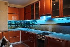 Преимущества стеклянного кухонного фартука