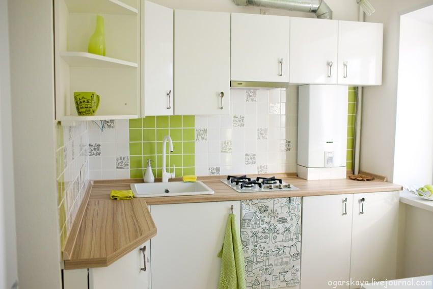 На миниатюрную кухню лучше приобрести широкие рулоны обоев, потому что, чем меньше швов, тем визуально больше пространство