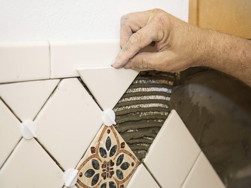 Сделать ровные швы помогут специальные крестики, также необходимо следить за уровнем