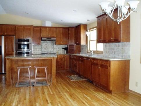 Паркетная доска на кухне это естественная теплота и настоящий уют.