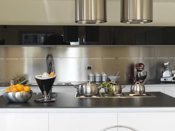 Металлический фартук - экстровогантное решение для кухни, и вместе с тем очень удобный