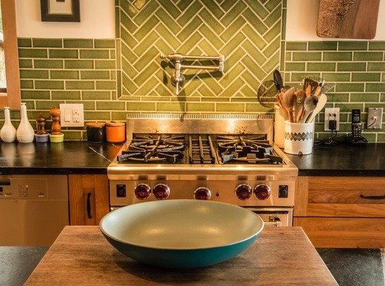 С помощью плитки можно создавать интересные композиции, которые станут ярким акцентом на кухне