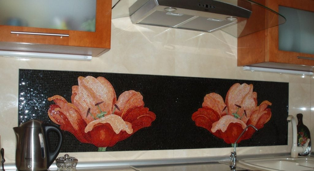 Мозаика прекрасно подойдет для создания оригинальной композиции, которая станет отличным акцентом на кухне