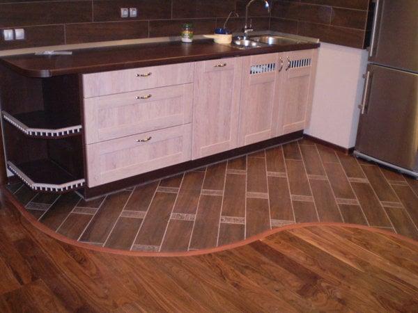 Вариант комбинированного пола на кухне
