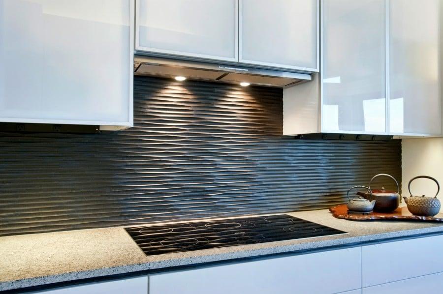 Пластиковые панели не менее эффектно смотрятся на кухне, и вместе с тем легко мантируются