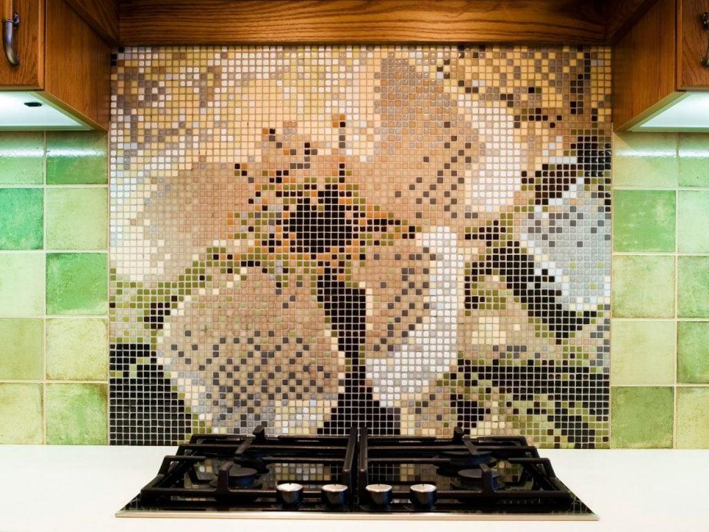 Оригинальную композицию можно создать с помощью мозаики