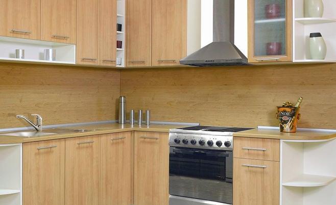 Пример оформления кухонной рабочей зоны в одной цветовой гамме под дерево