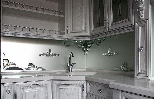 Фартук можно выполнить в любом стиле, что придаст изысканность кухне