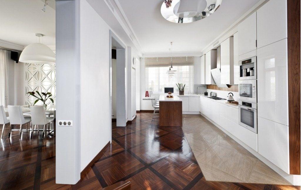 С помощью сочетания нескольких материалов и оттенков можно придать кухне привлекательный вид и выделить основные зоны