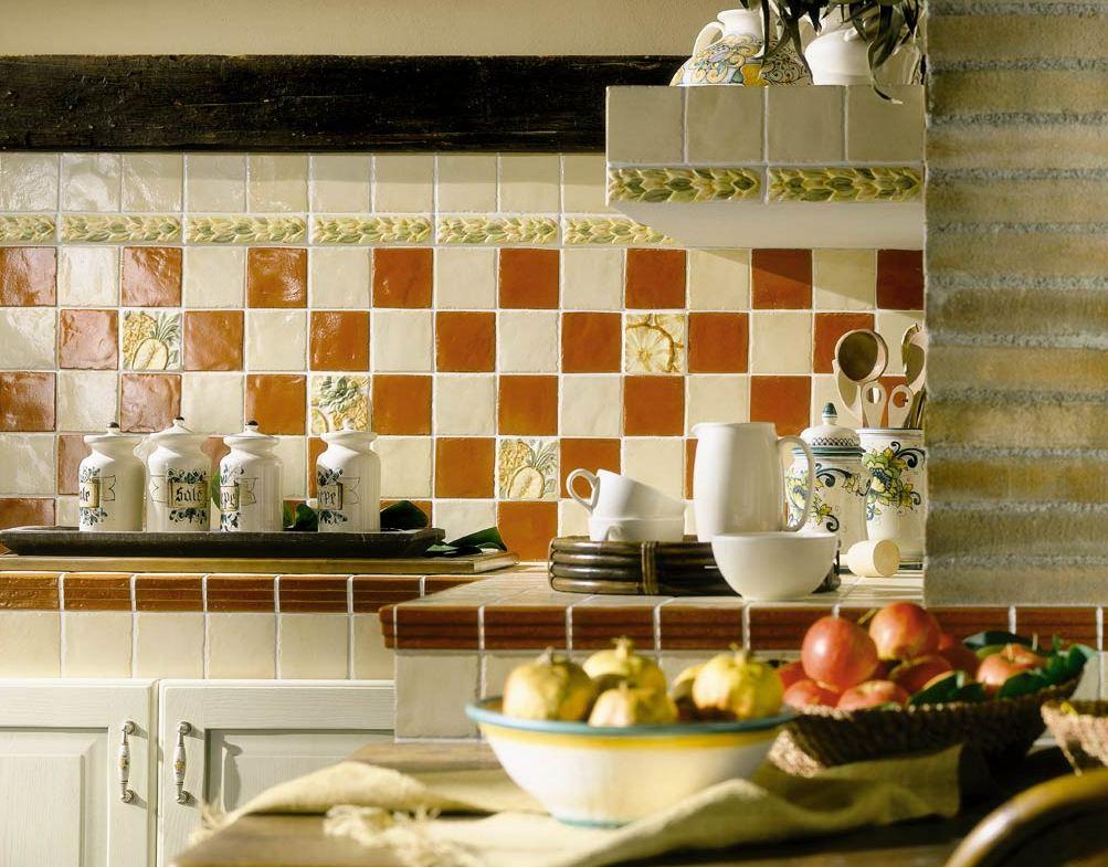 Современные материалы позволяют создавать интересные композиции при оформлении рабочей зоны на кухне