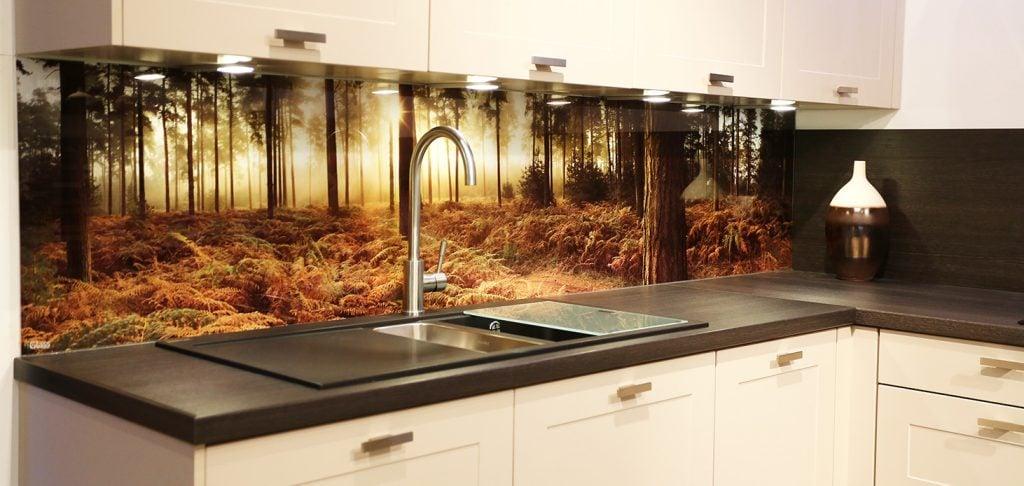 Завершающим элементом кухни является фартук, поэтому важно определиться из какого материала он будет сделан