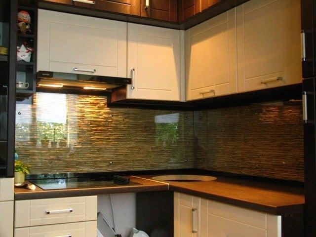Необычным решением будет использование прозрачного стекла поверх рельефного фартука - красиво и удобно