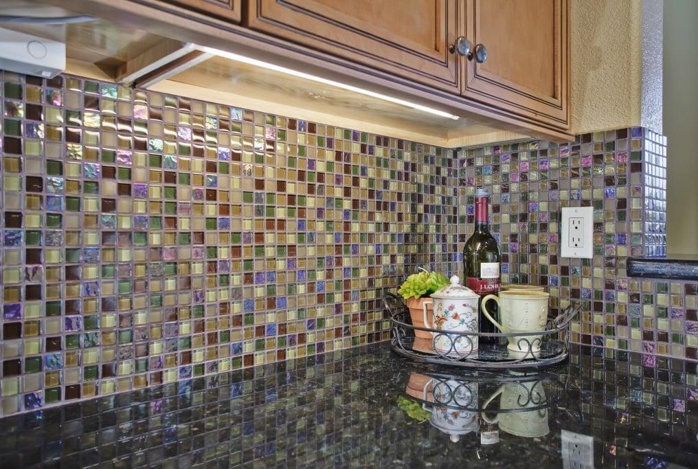 Маленькие плиточки помогут создать неповторимый стиль кухни
