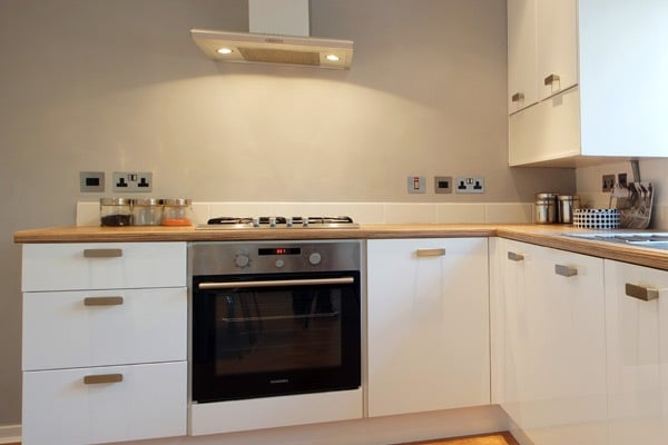 Белый кухонный гарнитур идеально подойдет к любым цветовым решениям