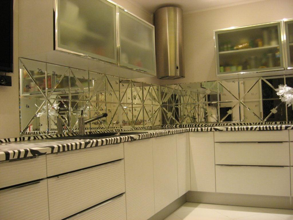 Удачным решением будет зеркало на кухне небольшого размера, так можно добавить визуально несколько квадратов