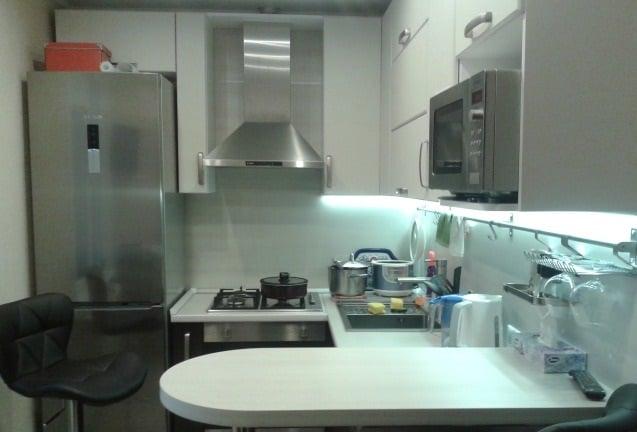 Вариант оформления небольшой кухни с барной стойкой в качестве обеденной зоны
