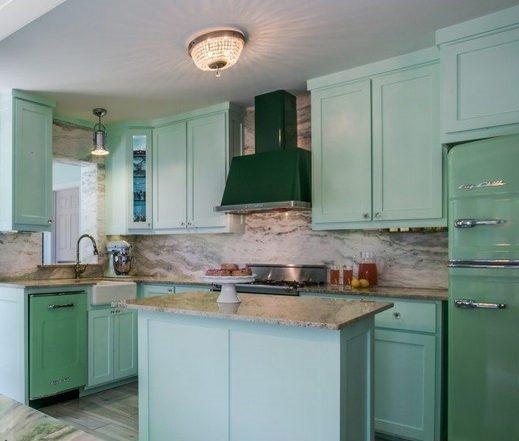 Кухонный гарнитур в мятных тонах