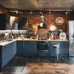 Г-образная кухня с наличием растительности и декора