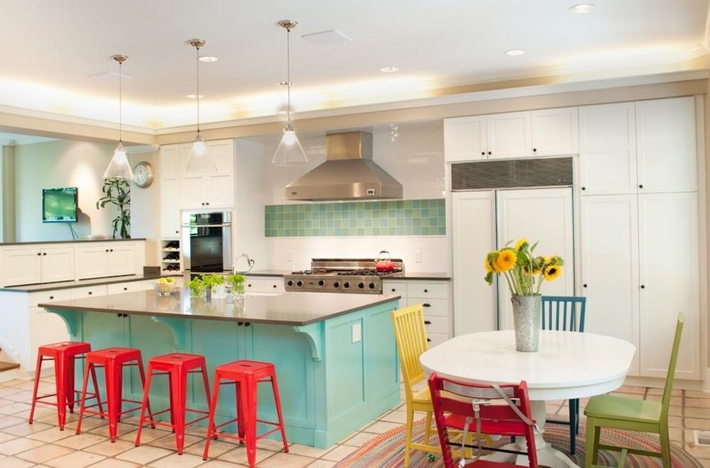 Теплые нотки красного на бирюзовой кухне