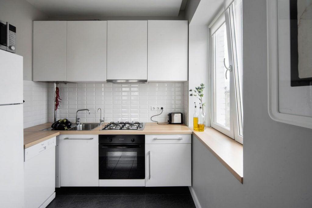 Для небольшой кухни лучше подбирать светлую мебель и отделку
