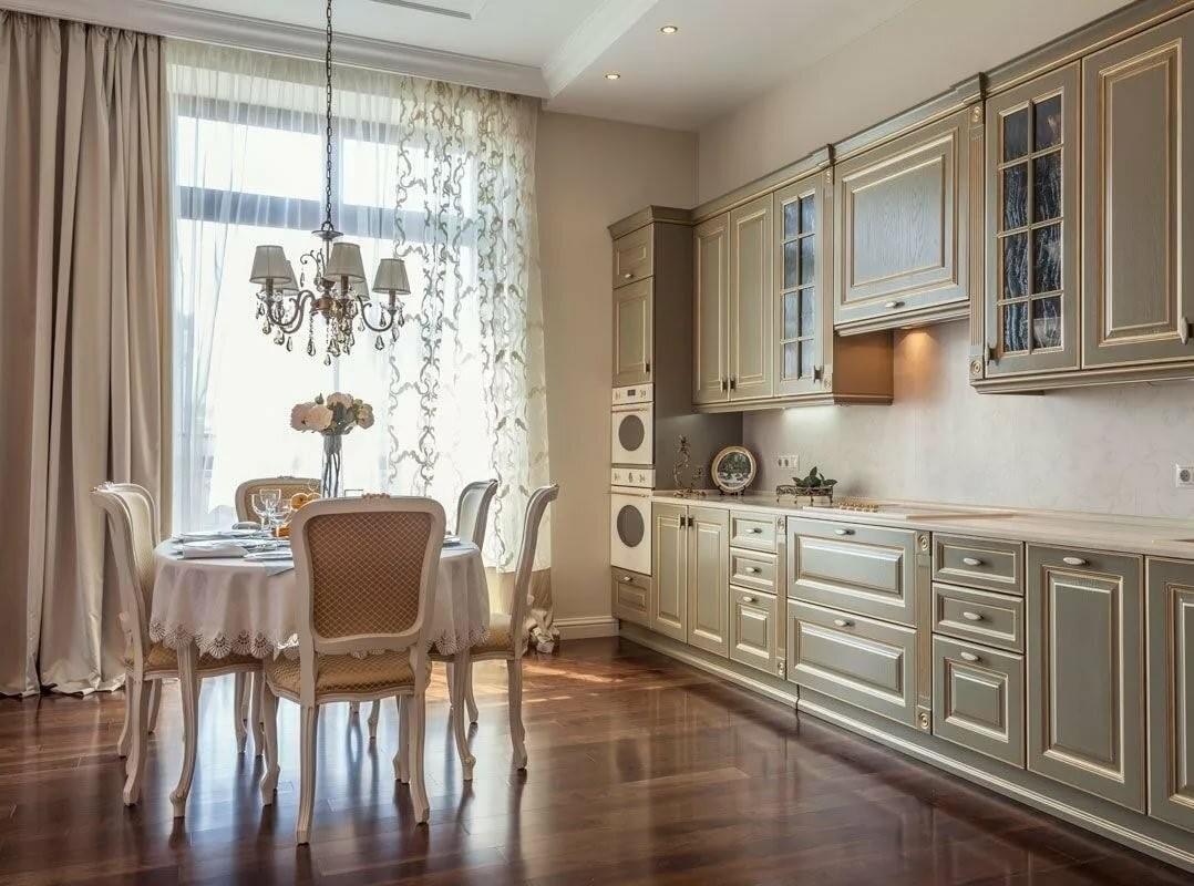 Линейная планировка кухни, мебель имеет стеклянные вставки, характерные для классического стиля