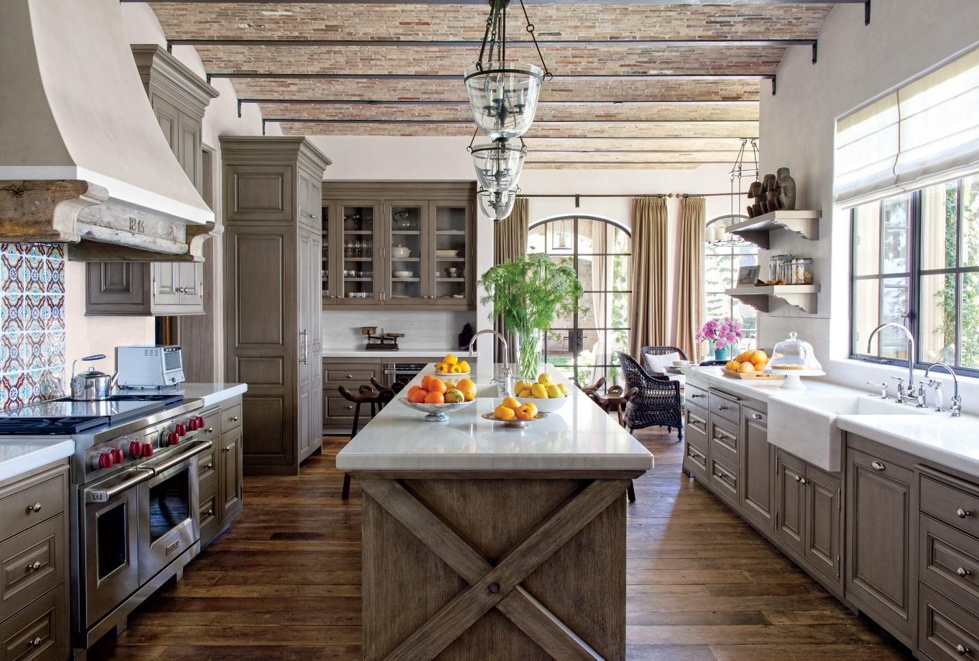 Островная планировка кухни в стиле Кантри