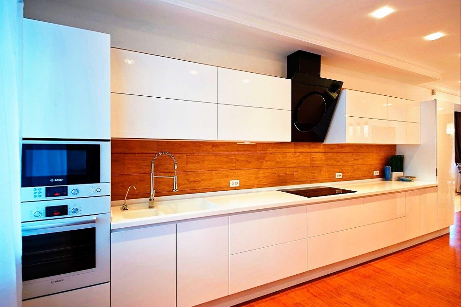 Между холодильником и плитой, а также и между мойкой и плитой находятся столы с рабочей поверхностью